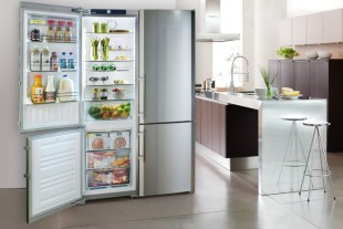 Exceptionnel A Stainless Steel Refrigerator Is An Impressive Statement In A Generous  Loft Space And Provides An Interesting Contrast In A Closed Fronted Kitchen.