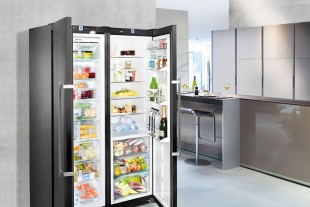 The Side-by-Side appliance is a design statement that harmonises with the grey kitchen fronts.